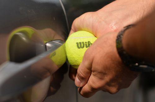 Вскрытие автомобиля теннисным мячом