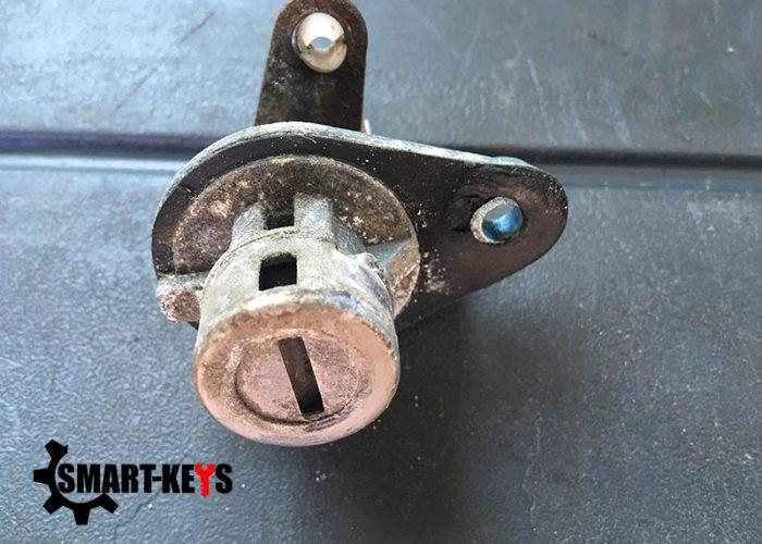 Почему надо ремонтировать замок багажника, если он вышел из строя?